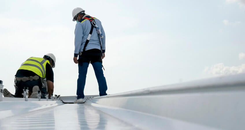 Mensen aan het werk op dak