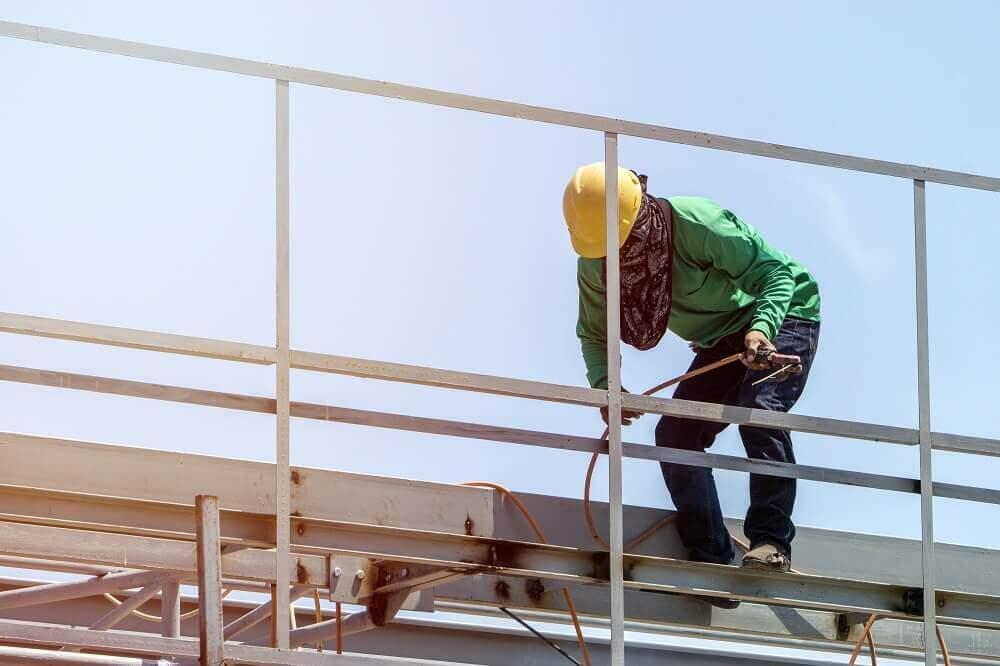 Collectieve valbeveiliging voor man die werkt op hoogte